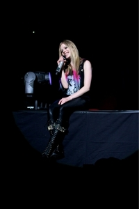 I wanna see Avril sitting in a red chair .