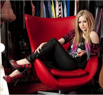 why Avril is so pretty? >.< ok, I wanna avril almost lying on a chair, wearing a striped スカート and p