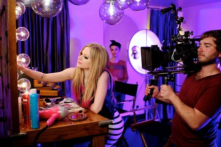 miihcalifornia did あなた mean something like this photo? I wanna Avril talking on cell phone. :)
