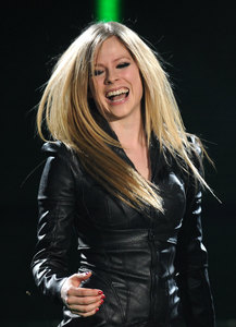 I want Avril with a 刀 in her hand :)