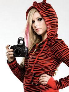 Avril mostrando middle finger..
