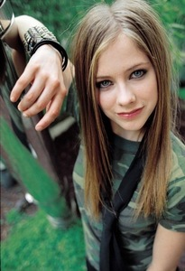 how a cute smile <33333 i want avril wearing a rosado, rosa tie ;)