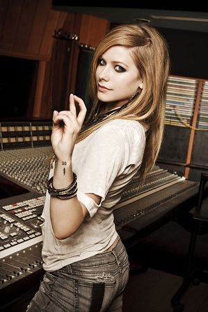 I want Avril taking off an articulo of clothing