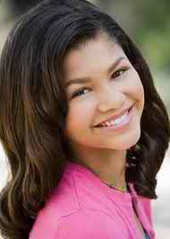 Zendaya admitted to teen beat magizene that her father won't let her تاریخ till she is 16! Everyone al