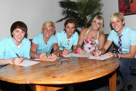 Austin & Ally fans can rest easy tonight because Ross Lynch just got… a recording contract. That'