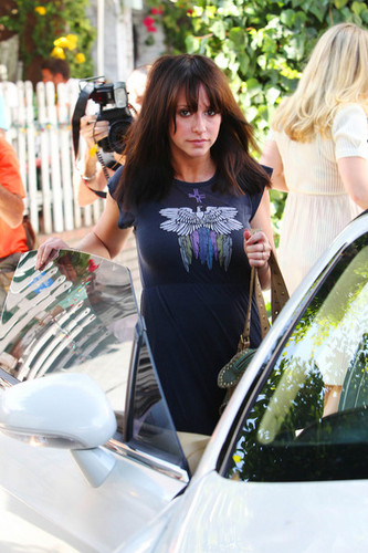 """Ghost Whisperer"" nyota Jennifer upendo Hewitt goes to lunch at the Ivy Restaurant in West Hollywood"