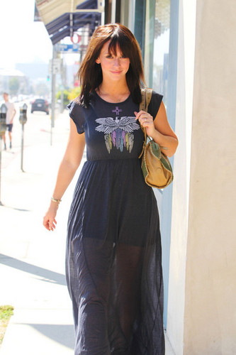"""""""Ghost Whisperer"""" star, sterne Jennifer Liebe Hewitt goes to lunch at the Ivy Restaurant in West Hollywood"""