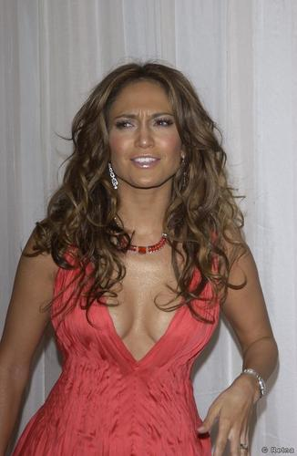Jennifer Lopez fond d'écran possibly containing a cocktail dress, a chemise, and a chemise titled 2004 Noche de Ninos Childrens Hospital Los Angeles Gala