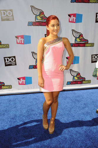 Ariana Grande: 2011 VH1 Do Something Awards - Arrivals