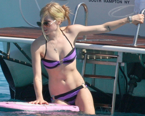 Avril Lavigne achtergrond with a bikini titled Avril Lavigne