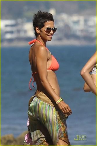Halle Berry: Bikini pantai Birthday Bash!