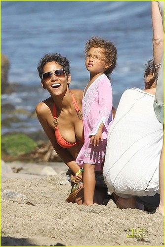 Halle Berry: Bikini de praia, praia Birthday Bash!