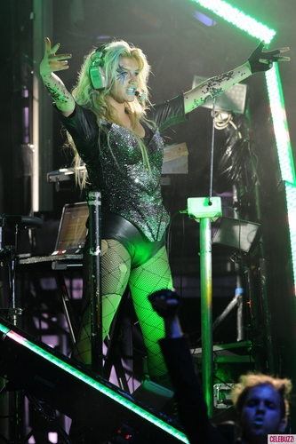 K$ Crazy Glowing Glasses at Miami Concert aug 8! - kesha Photo