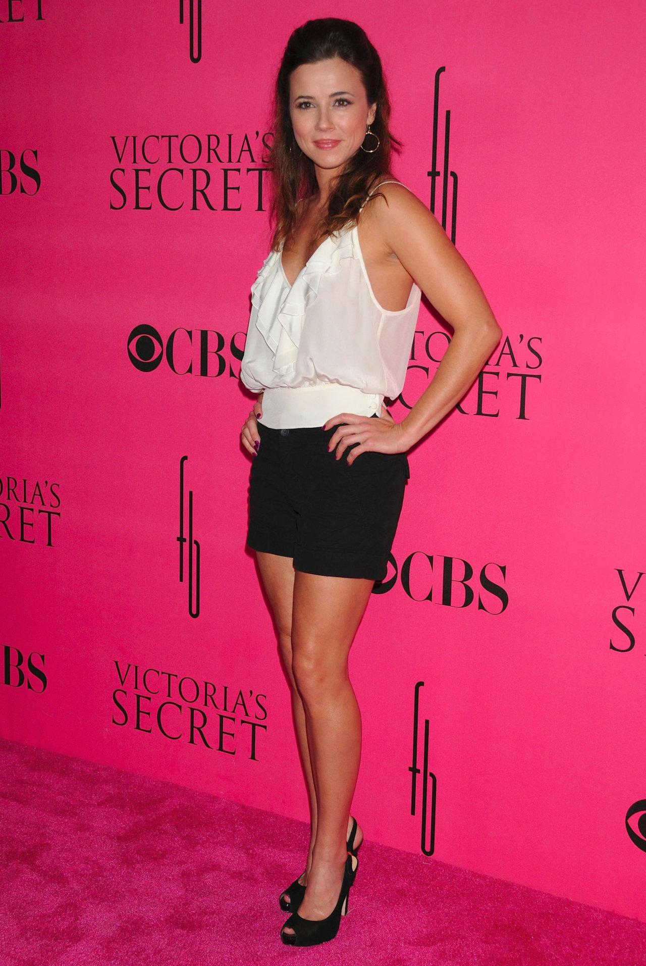 Linda Cardellini at the CBS & Victoria's Secret Party