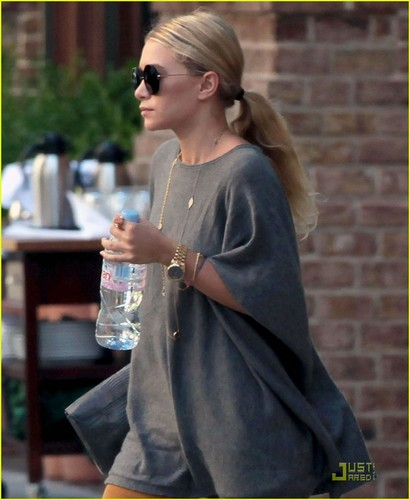 Mary-Kate and Ashley Olsen: Splashing in a Kiddie Pool!
