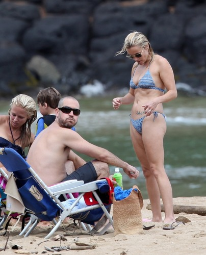 Reese Witherspoon on the spiaggia on Hawaii, August 14