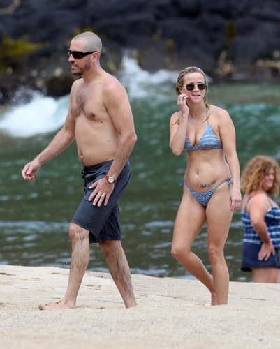 Reese Witherspoon on the ساحل سمندر, بیچ on Hawaii, August 14