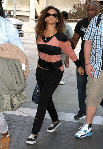 蕾哈娜 - At LAX Airport - August 13, 2011 HQ