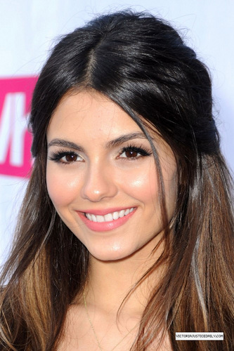 Victoria Justice wallpaper containing a portrait called Victoria At Do Something Award!