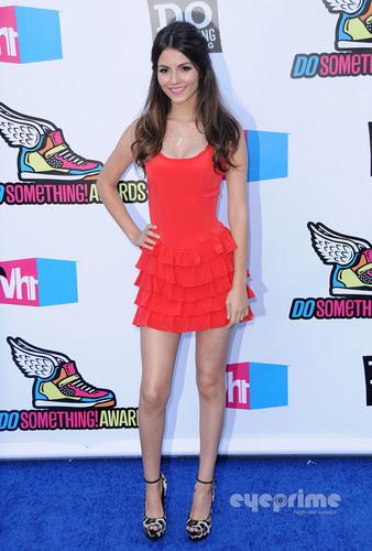 빅토리아 저스티스 바탕화면 possibly containing bare legs, hosiery, and tights titled Victoria Justice : VH1 Do Something Awards in Hollywood, August 14