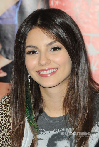Victoria Justice: 胜利之歌 CD Signing in Duarte, CA, August 13