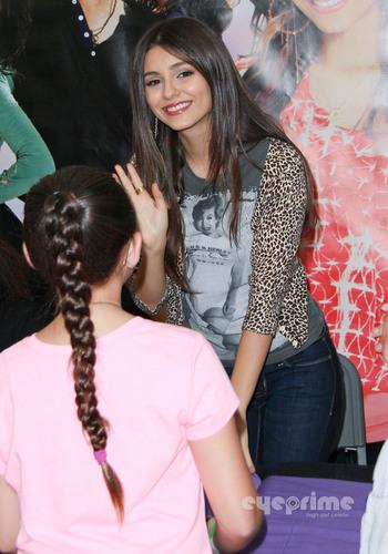 Victoria Justice: ভিক্টোরিয়াস CD Signing in Duarte, CA, August 13