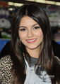 Victoria Justice: ビクトリアス CD Signing in Duarte, CA, August 13