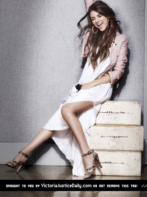 Victoria Justice wallpaper with bare legs entitled Victoria Seventeen Photoshoot!