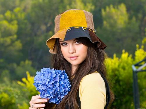 selena gomez with nice blue bunga