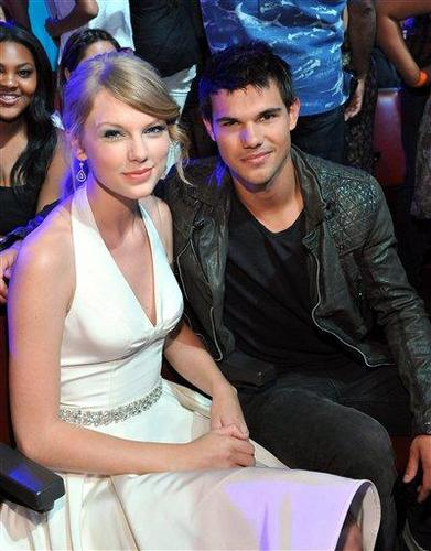 Taylor Lautner and Taylor Swift wallpaper entitled 2011 Teen Choice Awards