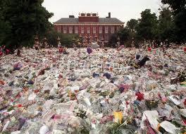 All the お花 outside of Diana's ホーム at Kensington Palace