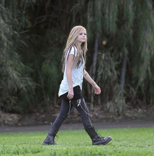 Avril Lavigne Behind The Scenes Of Alice সঙ্গীত Video