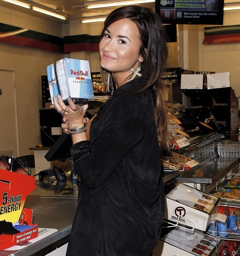 Demi - Gets some Red Bull at 7-Eleven in Studio City, CA - August 19, 2011