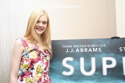 Elle Fanning Обои with a portrait entitled Elle