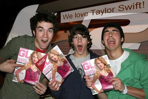 Jonas Brothers প্রদর্শিত হচ্ছে off their Taylor সত্বর magazine!