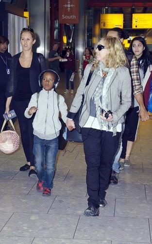 Madonna: ロンドン Landing with Brahim & the Kids!