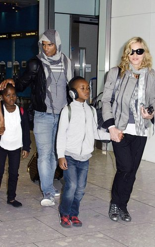 Madonna: Londres Landing with Brahim & the Kids!