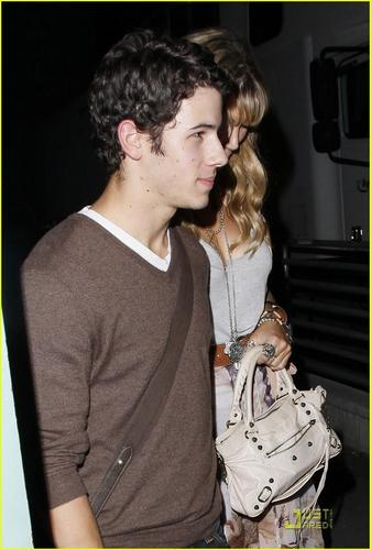 Nick Jonas & Delta Goodrem: tamasha Going Couple (08.17.2011) !!!