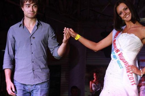 "Alex was in the jury of ""Miss 海滩 Ukraine 2011 ;)"