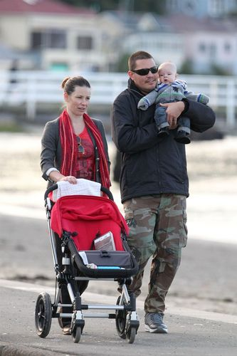 Candids:Evi with family in Wellington, NZ (Aug 21 2011)
