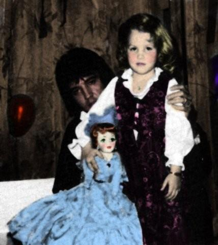 Elvis Aaron e Lisa Marie Presley wallpaper possibly containing a polacca, polonaise and a kirtle, veste entitled Daddy,Lisa and the doll