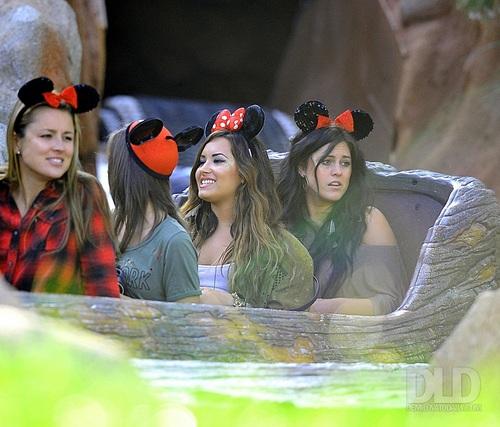 Demi - Having a fun दिन at Disneyland in Anaheim, CA - August 21, 2011