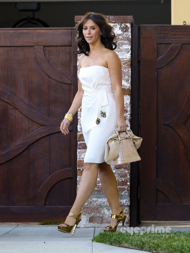 Jennifer upendo Hewitt leaving her nyumbani in Toluca Lake, Aug 21