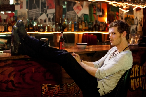 Vampire Diaries Hintergrund with a brasserie entitled Klaus