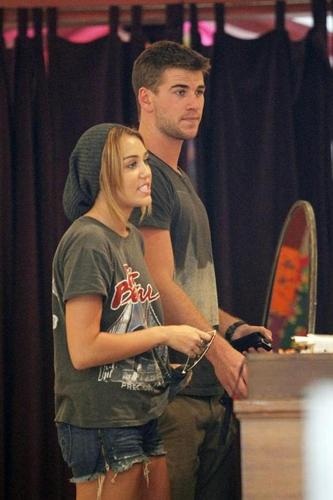 Miley-20. August - Buying bracelets at the LTH Studio in Los Angeles.
