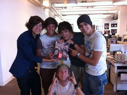 One Direction with their new book: 'Dare To Dream'! [Twitter pic]♥