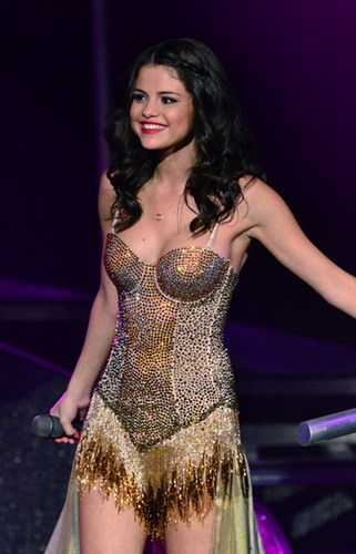 SEL PUTS 'JB' ON HER HAND