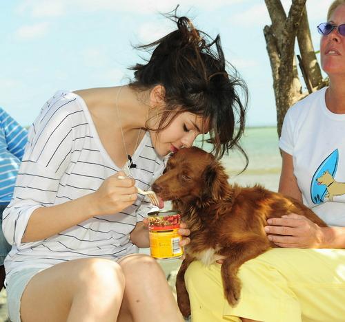 Selena Gomez loves イヌ !!!
