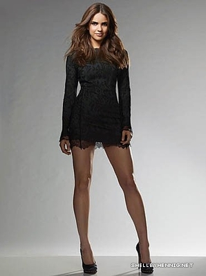 Shelley Hennig fondo de pantalla probably containing bare legs, hosiery, and a legging called Shelley Hennig