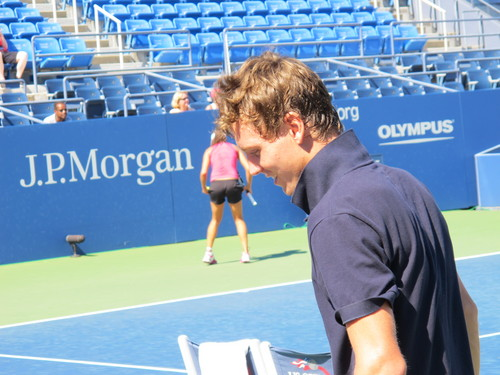 Tomas Berdych ... and which girl butt is it?
